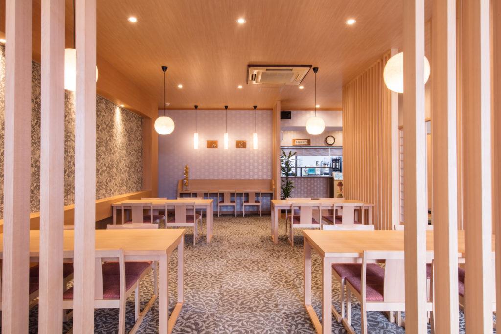 リニューアルでテーブル席やカウンターも設置。こちらも床暖房入り。