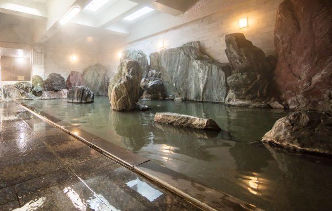巨大な岩がずらっと並ぶ岩風呂